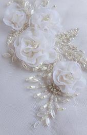 Motiv mit einem Bouquet von handgemachten Organza-Blüten in Elfenbein und Silber