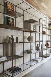 Verkohltes Holz und Naturstein für die Fassade eines Hauses in Italien