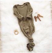 """Das geschlechtsneutrale Babykleid """"Dean"""", geknotetes Babykleid, olivgrünes Waffelgestrick, Babykleid, Baby   – Products"""