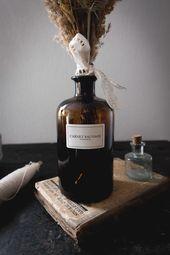 Flacon apothicaire et bouquet de fleurs séchées  www.carnetsauvage… #driedfl…
