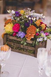 Décoration de table avec un cajot en bos et des fleurs multicolores