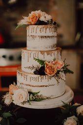 Romantische Hochzeitstorte mit rosa Blüten + Roségoldperle   Bild von Cody & …   – Mariage   Gâteau