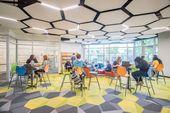 Wir lieben die Sechsecke in der Bibliothek der Woods Cross High School. Bildungs…