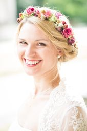 Farbenfrohe Blumenarmbänder von Blumenmädchen – Hochzeitswahn – Sei inspiriert