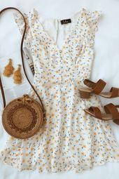La saison des robes d'été est là et cette robe patineuse à motifs blancs et floraux est parfaite pour l'été
