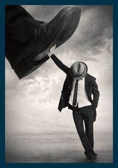 Bild mit Rahmen Tommy Ingberg – Still Standing – Digitaldruck – Holz blau, 60 x 85.8cm – Premiumqualität – Grafik, Mann, Mann im Anzug, Fuß, zertret…