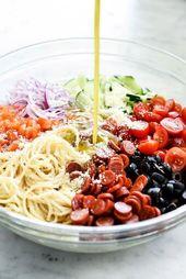 pizza – Salade de pâtes spaghetti italienne facile Ingrédients 1 livre de spaghettis minces 2 cuillères à soupe de sel kasher, 2 concombres coupés en quartiers et coupés en dés 1 poivron rouge épépiné et coupé olives noires égouttées ½ tasse de parmesan râpé ou de pecorino romano 1 tasse d'huile d'olive extra vierge ½ tasse de vinaigre de vin rouge 2 cuillères à soupe d'assaisonnement à l'italienne 2 cuillères à café de sucre 1 gousse d'ail Healthyitalianfood   – Bbq