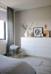 Ein weiteres grau-weißes Schlafzimmer mit einem Hauch von Rosa. Schlafzimmer vo…