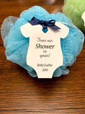 Von unserer Dusche zu Ihrer Babyparty etikettiert mit Namen und Jahr – weiße Umbauten des Baby onesie für Seife / Luffa / Badebombe / Duschgel-Duschbevorzugung   – Baby shower