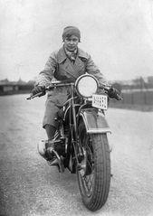 circa 1935: Eine Frau, die ein BMW Motorrad fährt. (Foto von Hulton Archive / G …   – strong women