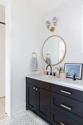 Das Mädchenbadezimmer mit schwarzem Waschtisch, schwarzen Armaturen und Messingakzenten …   – Dream home ideas.