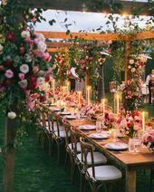 Beau restaurant en plein air avec des roses rouges et blanches roses et beaucoup de verdure. …