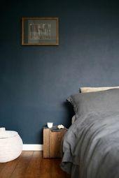 wohnideen schlafzimmer eleganate wandfarbe rustikal beistelltisch holzboden   – Schlafzimmer