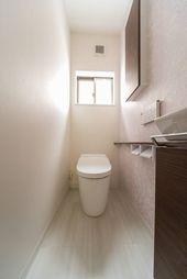 洗面収納に可動造作棚 クローゼット付き玄関の明り窓と換気には上げ下げ窓 洗面収納 棚 トイレのデザイン