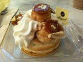 Kuchen St. Honore bei Sook Pastry. 77 $ für zwei 10-teilige Kuchen.