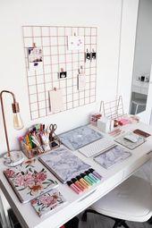 Gut organisierter Schreibtisch mit marmorierten und floralen Materialien – #flor…