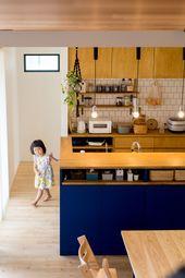 扉の青が印象的な キッチンカウンター前面に設けたニッチと収納