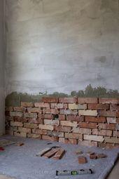 Eine uralte Backsteinwand in einem neuen Haus – so…