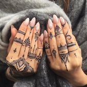 Tatouages ​​au henné sur les mains, vernis à ongles nude, ongles pointus, pull gris   – Tattoo Ideen