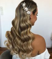 A classic wavy hair for the big day? Yes, please! We love the elegant vibe of this hairdo. What about you? Yay or nay?…