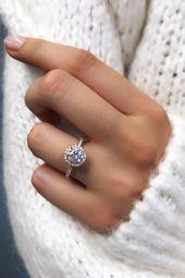 Ein Diamant-Verlobungsring mit Heiligenschein verleiht einer runden Brill …  A…