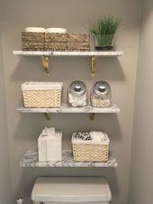 Marmorwandregale von CB2. Holzregale und Toilettenpapier in einem Korb. Bauernbadezimmer