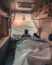 Bild könnte enthalten: eine oder mehrere Personen, Schlafzimmer und Interieur ….   – Vanlife
