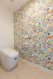 トイレです 壁紙が明るく気分が上がりますね 色とりどりできれいです