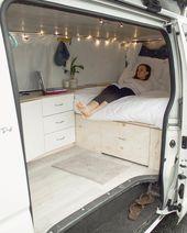 Wohnmobil, das ein Bett baut   – Camping Van