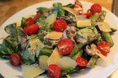 Gemischter grüner Salat mit angebratenem grünen Spargel – Party und Salate
