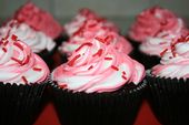feuchter Choc Cupcake mit Schlagsahne und roten Bonbonstreuseln. ich beobachtete …
