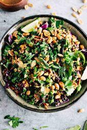 Eiweißhaltiges Edamame wird mit knusprigem Gemüse und pikantem Erdnussdressi …
