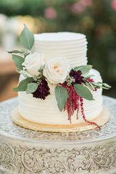 Zweistufige weiße Hochzeitstorte mit kastanienbraunen und cremefarbenen floralen Akzenten von Kathy …   – Wedding Cakes