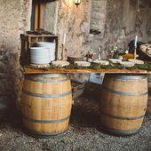 Buffet champêtre, tonneau et planche de bois Un mariage champêtre au Domaine S…