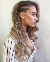 Lange wellenförmige Frisur mit seitlichen Flechten