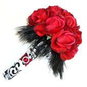 Red Rose Bouquet mit schwarzem Federkragen & Damastband. – Hochzeiten: Blumen -…   – Brautstrauß