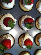 Rhabarber Flummery gefüllt Cupcakes mit stabilisierter Schlagsahne -Von Help Me Han …