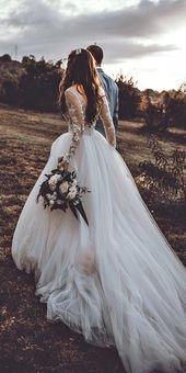 Romantische Hochzeitskleid-Idee – tiefes Hochzeitskleid mit V-Rücken, Spitzendetails und,  #H… – DIY