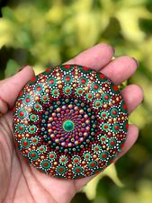 Roche de Noel, Mandala rock, galets peints, peints roche, Pierre mandala, pierre…