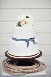 Very simple cake…and love the rope accent around the base