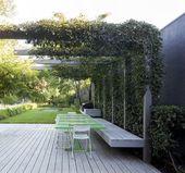 Stahlkonstruktion schafft eine Pergola im Garten | adamchristopherde …
