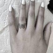 Schmetterling Tattoo auf dem Ringfinger – Malika Gislason