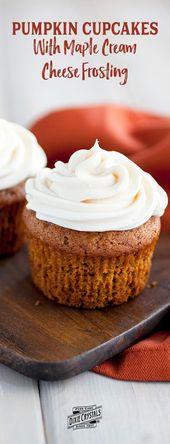 Kürbis-kleine Kuchen mit dem Ahorn-Frischkäse-Bereifen