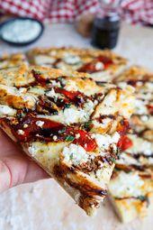 Gegrillte Mittelmeerpizza mit Hähnchen und gebratenem Paprika mit Feta und Balsamico-Glasur