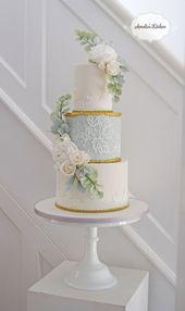 Repost … Hellblauer und goldener Spitzenkuchenentwurf für eine Hochzeit in Gosfield Hall in E   – Hochzeitstorten