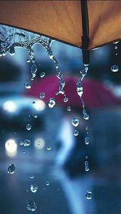 Wenn der Regen den Regenschirm herabrieselt und auf die Füße spritzt. – #auf #den #der #die #Füße