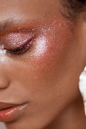 glitzernde und feuchte Wirkung auf Augenlider, Schläfen und Wangen • Ideen für …   – Night Out Glam