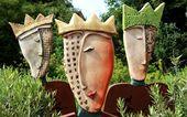 Diese Typen treten dominant auf. Sie bestehen aus einem Körper aus Eisenblech und einem keramischen Kopf,der eingesteckt wird. Standhaft bilden sie den Mittelpunkt Ihres Gartens oder bewachen den Eingang Ihres Hauses.