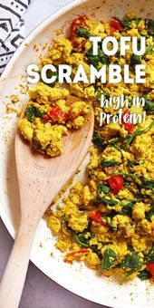Tofu Scramble ist eine vegane Frühstücksidee, die reich an Eiweiß und ölfrei ist. #v …