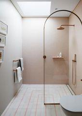 Ein pinkfarbenes Kinder-Ensuite-Badezimmer mit …